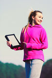 Muchacha con la tableta en parque Foto de archivo
