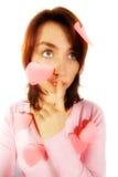 Muchacha con la tapa rosada y tarjetas del día de San Valentín Foto de archivo libre de regalías