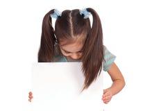 Muchacha con la tarjeta blanca Imágenes de archivo libres de regalías