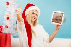 Muchacha con la tarjeta de crédito de la tableta que hace compras en línea Fotografía de archivo libre de regalías