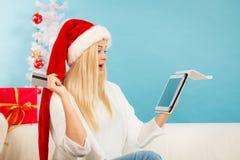 Muchacha con la tarjeta de crédito de la tableta que hace compras en línea Imágenes de archivo libres de regalías