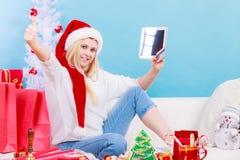 Muchacha con la tarjeta de crédito de la tableta que hace compras en línea Imagenes de archivo