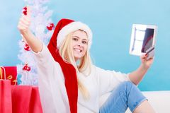 Muchacha con la tarjeta de crédito de la tableta que hace compras en línea Fotos de archivo
