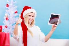 Muchacha con la tarjeta de crédito de la tableta que hace compras en línea Foto de archivo