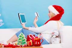 Muchacha con la tarjeta de crédito de la tableta que hace compras en línea Imagen de archivo