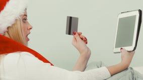 Muchacha con la tarjeta de crédito de la tableta que hace compras en línea Foto de archivo libre de regalías