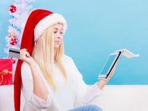 Muchacha con la tarjeta de crédito de la tableta que hace compras en línea Fotografía de archivo