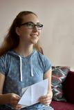 Muchacha con la tarjeta de cumpleaños Fotografía de archivo libre de regalías
