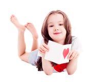 Muchacha con la tarjeta de una tarjeta del día de San Valentín Fotografía de archivo libre de regalías