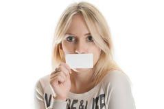 Muchacha con la tarjeta de visita Foto de archivo libre de regalías