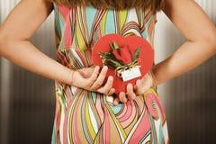 Muchacha con la tarjeta del día de San Valentín Fotografía de archivo libre de regalías