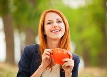 Muchacha con la taza anaranjada Fotografía de archivo