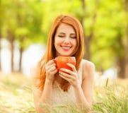 Muchacha con la taza anaranjada Fotos de archivo