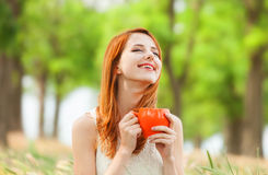 Muchacha con la taza anaranjada Fotografía de archivo libre de regalías