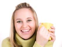 Muchacha con la taza de bebida caliente Imagen de archivo libre de regalías