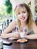Muchacha con la taza de café Fotos de archivo libres de regalías