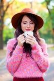 Muchacha con la taza de café Fotografía de archivo libre de regalías