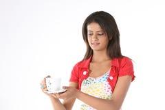 Muchacha con la taza de café de restauración Fotografía de archivo libre de regalías