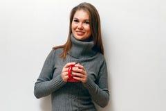 Muchacha con la taza de café a disposición Fotos de archivo libres de regalías
