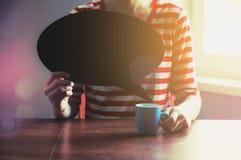 Muchacha con la taza de café que sostiene la placa en blanco Foto de archivo libre de regalías