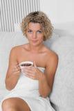 Muchacha con la taza de té Imagen de archivo