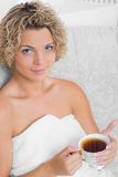 Muchacha con la taza de té Foto de archivo libre de regalías