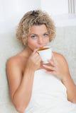 Muchacha con la taza de té Imagenes de archivo