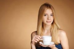 Muchacha con la taza de té blanca Fotos de archivo libres de regalías