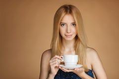 Muchacha con la taza de té blanca Fotografía de archivo