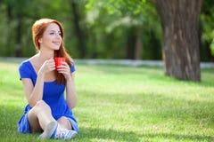 Muchacha con la taza en al aire libre Imagenes de archivo