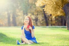 Muchacha con la taza en al aire libre Foto de archivo libre de regalías