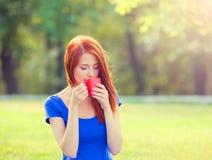 Muchacha con la taza en al aire libre Imagen de archivo