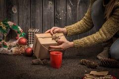 muchacha con la taza roja disponible Fotos de archivo libres de regalías