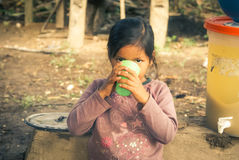 Muchacha con la taza verde en Bolivia Foto de archivo libre de regalías