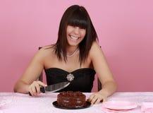 Muchacha con la torta de chocolate Imágenes de archivo libres de regalías