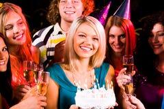 Muchacha con la torta de cumpleaños Imagen de archivo libre de regalías