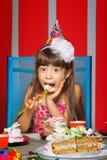 Muchacha con la torta de cumpleaños Fotografía de archivo libre de regalías