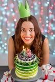Muchacha con la torta del feliz cumpleaños Imagen de archivo