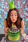Muchacha con la torta del feliz cumpleaños Foto de archivo libre de regalías