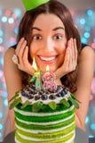 Muchacha con la torta del feliz cumpleaños Fotos de archivo