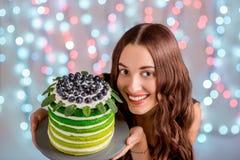 Muchacha con la torta del feliz cumpleaños Fotografía de archivo libre de regalías