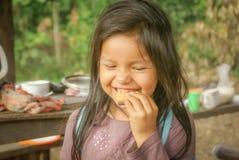 Muchacha con la torta en Bolivia Foto de archivo libre de regalías