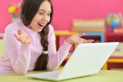 Muchacha con la trenza usando el ordenador portátil Fotos de archivo libres de regalías