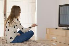 Muchacha con la TV imagen de archivo libre de regalías