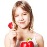 Muchacha con la verdura de la pimienta roja Consumición sana Fotos de archivo