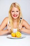 Muchacha con labios rojos y una naranja Imagen de archivo libre de regalías