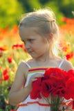 Muchacha con las amapolas Fotos de archivo libres de regalías
