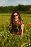 Muchacha con las amapolas foto de archivo libre de regalías