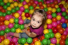 Muchacha con las bolas coloridas Foto de archivo libre de regalías
