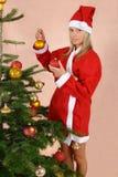 Muchacha con las bolas de la Navidad Fotografía de archivo libre de regalías